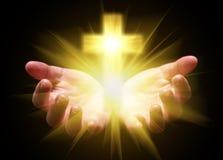 Mãos colocadas e que guardam ou que mostram a cruz ou o crucifixo Conceito para o cristão, cristandade, católico Foto de Stock Royalty Free