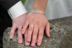 Mãos colocadas recém-casados em se imagem de stock