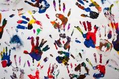 Mãos coloridas dos handprints em uma lona branca Imagens de Stock Royalty Free