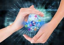 mãos com ícones da aplicação e earrh com luzes e alargamentos Fundo da tecnologia Foto de Stock Royalty Free
