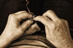 Mãos com agulhas de confecção de malhas perto no estilo retro Imagem de Stock Royalty Free