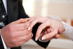 Mãos com anéis foto de stock royalty free