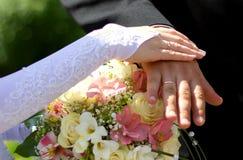 Mãos com anéis de casamento Fotos de Stock