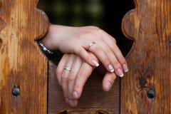 Mãos com anéis de casamento Imagens de Stock