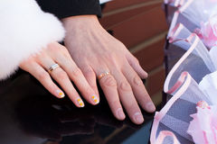 Mãos com anéis de casamento Imagem de Stock Royalty Free