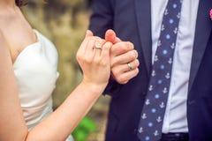 Mãos com anéis de casamento imagens de stock royalty free