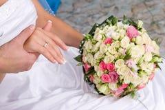 Mãos com anéis de ouro e flor bouquet#1 Fotografia de Stock