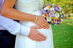 Mãos com anéis e ramalhete foto de stock