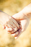 Mãos com anel de casamento Imagens de Stock