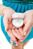Mãos com anel na caixa Fotos de Stock Royalty Free
