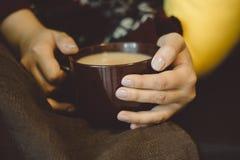 Mãos com bebida quente fotos de stock royalty free