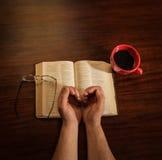 Mãos com café e Bíblia Foto de Stock Royalty Free