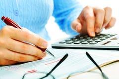 Mãos com calculadora. Imagem de Stock