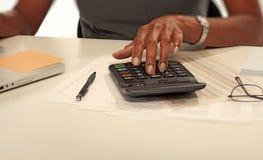 Mãos com calculadora foto de stock