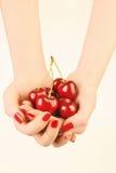 Mãos com cereja vermelha imagens de stock royalty free