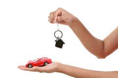Mãos com chaves e carro isolado no branco Fotografia de Stock