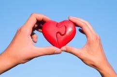 Mãos com coração do enigma Fotografia de Stock