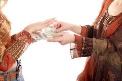 Mãos com dinheiro fotos de stock