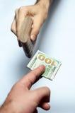 Mãos com dinheiro Fotos de Stock Royalty Free
