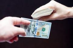 Mãos com dinheiro Fotografia de Stock Royalty Free