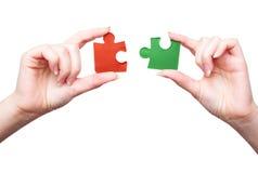 Mãos com dois enigmas fotos de stock