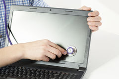 Mãos com estetoscópio e portátil Fotografia de Stock