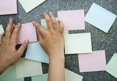 Mãos com etiquetas Fotos de Stock Royalty Free