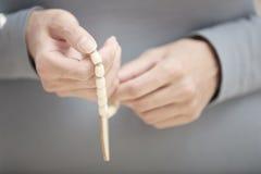 Mãos com grânulos do rosário Imagem de Stock