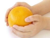 Mãos com laranja Fotografia de Stock Royalty Free