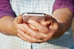 Mãos com móbil Fotografia de Stock Royalty Free