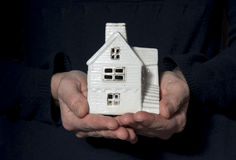 Mãos com modelo da casa Fotos de Stock