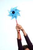 Mãos com moinho de vento - potência verde Fotografia de Stock Royalty Free