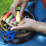 Mãos com os carretéis da linha Fotografia de Stock Royalty Free
