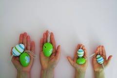 Mãos com ovos coloridos Fotografia de Stock Royalty Free