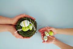 Mãos com ovos coloridos 6 Foto de Stock Royalty Free