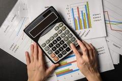 Mãos com papéis e calculadora de cartas Fotografia de Stock Royalty Free