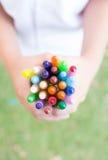 Mãos com pastéis coloridos Foto de Stock