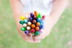 Mãos com pastéis coloridos Imagem de Stock