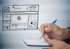 Mãos com pena e bloco de notas contra a zombaria do Web site acima contra o painel de madeira cinzento obscuro ilustração royalty free