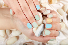 Mãos com resíduo metálico curto os pregos manicured Imagens de Stock Royalty Free