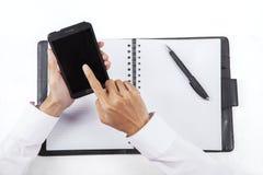 Mãos com smartphone e agenda 1 Fotografia de Stock Royalty Free