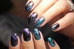 Mãos com tratamento de mãos bonito Fotos de Stock
