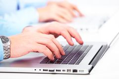 Mãos com um teclado de computador. Fotos de Stock Royalty Free