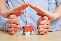 Mãos como um telhado sobre uma casa imagem de stock royalty free