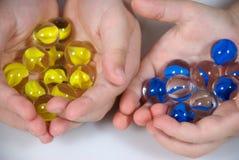 Mãos completamente dos mármores Fotografia de Stock