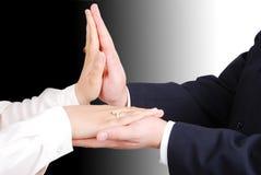 Mãos conectadas de dois amantes novos Foto de Stock