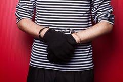 Mãos criminosas fechados nas algemas. Opinião do close-up Fotos de Stock Royalty Free
