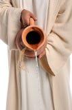 Mãos da água de derramamento de Jesus Imagens de Stock Royalty Free