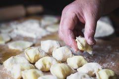 Mãos da avó em cozinhar o vareniki com requeijão fotografia de stock royalty free