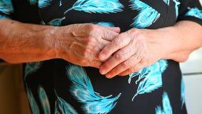 Mãos da avó ou da mulher superior video estoque
